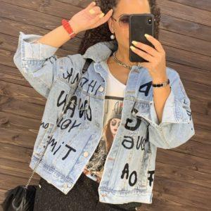 Придбати жіночу джинсову куртку з вишитими чорними літерами блакитну в Україні