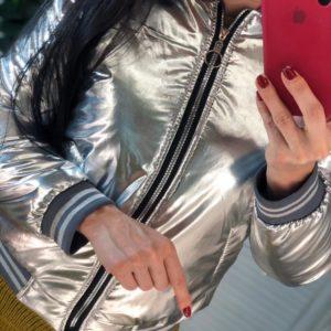 Приобрести серебряную женскую куртку-бомбер металлик на змейке выгодно
