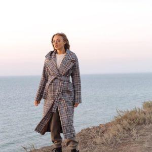 Купить женское демисезонное пальто в клетку на подкладке коричневого цвета по скидке