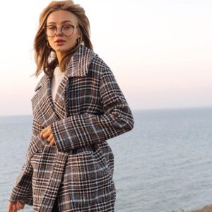 Приобрести женское демисезонное пальто в клетку на подкладке коричневого цвета выгодно
