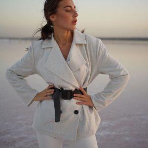 Приобрести серого цвета двубортный пиджак из шерсти на подкладке с поясом (размер 42-52) для женщин по скидке