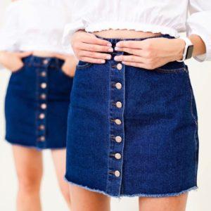 Купить синюю женскую джинсовую юбку на пуговицах с необработанным краем по скидке