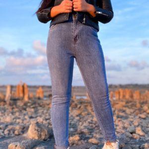 Купить голубые стрейчевые джинсы для женщин с подкатами онлайн