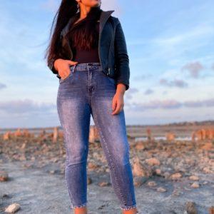 Заказать голубые стрейчевые джинсы с бабочками из камней для женщин в интернете