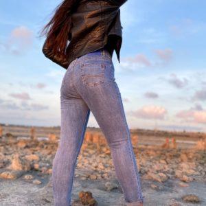 Заказать голубые стрейчевые джинсы с подкатами для женщин в интернете