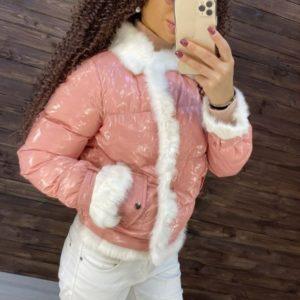 Купить женскую глянцевую куртку с отделкой из натурального меха кролика выгодно цвета пудра на зиму