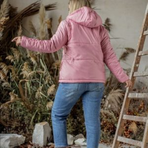 Купить розовую женскую куртку с капюшоном на утеплителе (размер 42-54) дешево