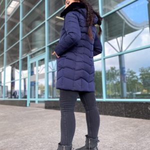 Приобрести женскую теплую куртку с искусственным мехом (размер 46-48) синего цвета недорого