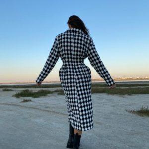 Придбати жіноче чорно-біле пальто в стилі Balenciaga по знижці в Україні