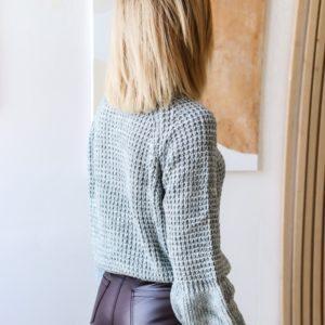 Приобрести женский серого цвета короткий свитер с объемными рукавами недорого