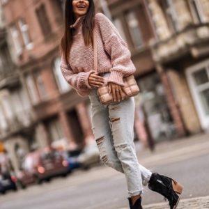 Заказать теплый объемный свитер с горлом крупной вязки для женщин цвета пудра онлайн
