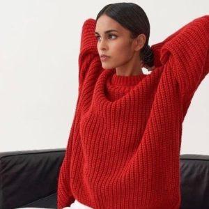 Заказать красный свитер oversize со спущенной линией плеча в интернете женский