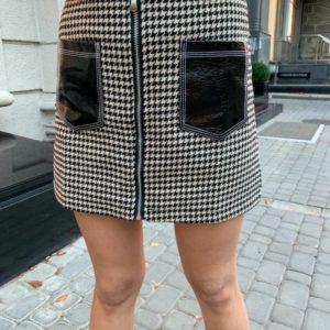 Замовити чорну спідницю з твіду з лаковими кишенями для жінок недорого