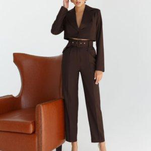 Заказать коричневый женский брючный костюм с коротким жакетом дешево