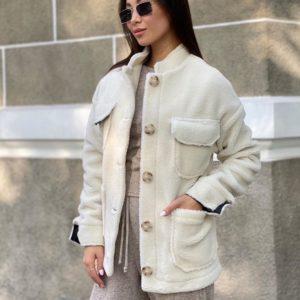 Приобрести молочного цвета женскую куртку из эко-меха с накладными карманами по низким ценам