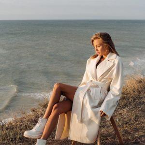 Заказать молочное пальто-халат с поясом и отложным воротником недорого для женщин
