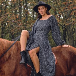 Приобрести черное платье из хлопкового трикотажа с разрезом на ноге (размер 42-52) для женщин в интернете