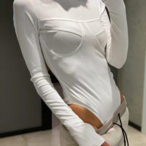 Купить белого цвета женское трикотажное боди со швами на груди на осень по низким ценам