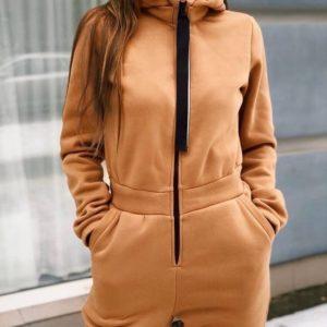 Купити жіночий зимовий комбінезон кольору Кемел з капюшоном на флісі недорого