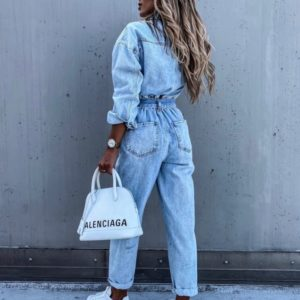 Приобрести женский джинсовый комбинезон голубого цвета с карманами и поясом по скидке