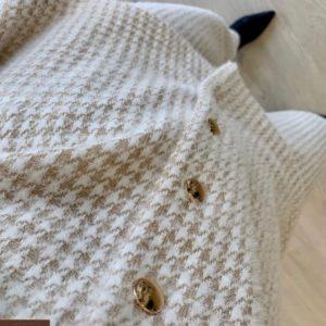 Придбати бежевий жіночий в'язаний костюм гусяча лапка з прямими штанами по знижці