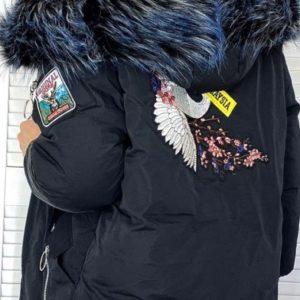 Приобрести черного цвета зимнюю куртку с принтом на спине (размер 46-52) для женщин по скидке