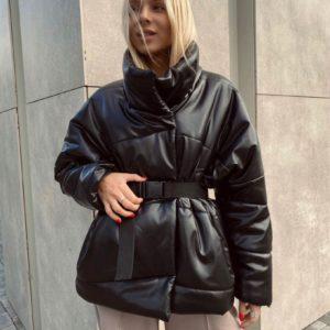 Замовити чорну куртку з еко шкіри на синтепуху з поясом для жінок онлайн