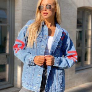 Заказать голубую с красным джинсовую куртку женскую с цветными буквами по скидке