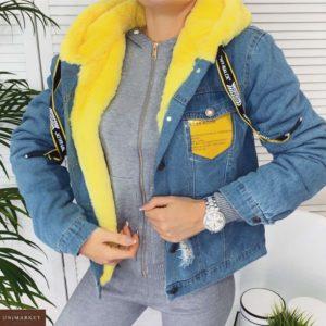 Купить недорого женскую джинсовую куртку с капюшоном на меху и цветным карманом желтую