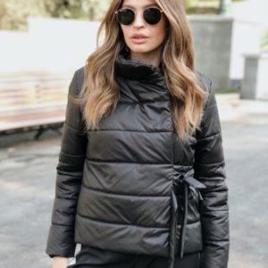Придбати чорного кольору жіночу куртку на кнопках з зав'язкою дешево