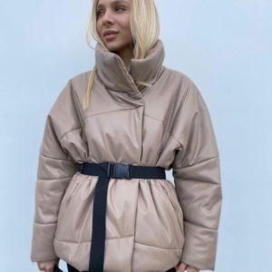 Купити бежеву жіночу куртку з еко шкіри на синтепуху з поясом на розпродажі