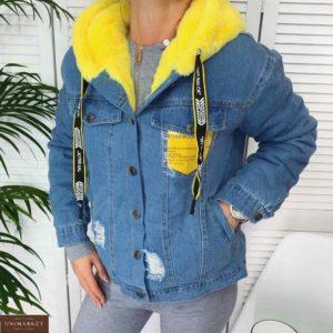 Заказать женскую джинсовую желтую куртку с капюшоном на меху и цветным карманом онлайн