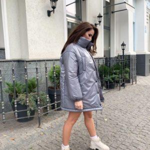Купити сіру для жінок куртку оверсайз з високим коміром в інтернеті