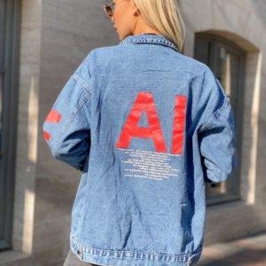 Купить голубую женскую джинсовую куртку с цветными красными буквами онлайн