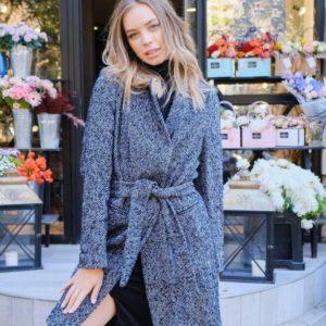 Купить серо-синее женское пальто на подкладке с мелким принтом елочка недорого
