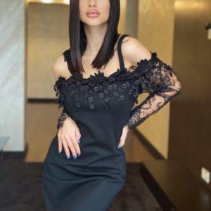 Замовити чорну елегантну жіночу сукню з ажурним мереживом і відкритими плечима недорого