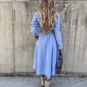 Купити жіночу джинсову сукню-сорочку міді з поясом блакитного кольору в інтернеті