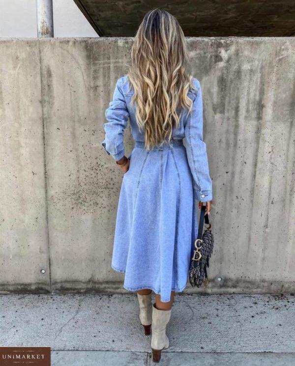 Купить женское джинсовое платье-рубашка миди с поясом голубого цвета в интернете