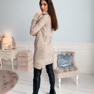 Приобрести по скидке женское теплое вязаное платье с воротником-стойкой бежевого цвета