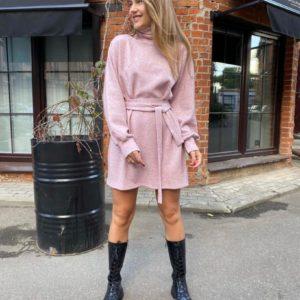 Купить по скидке цвета пудра теплое платье под горло с поясом в интернете