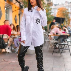 Заказать белую удлиненную женскую рубашку из хлопка с эмблемой онлайн