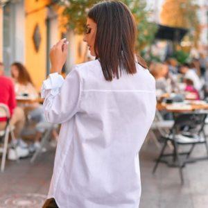 Приобрести женскую удлиненную рубашку из хлопка с эмблемой белого цвета по скидке