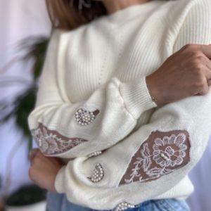 Замовити молочний жіночий светр щільної в'язки з прикрасою на осінь дешево