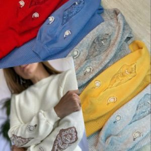 Купити на зиму жіночий светр щільної в'язки з прикрасою кольору червоного, синього, гірчиця, сірий за низькими цінами