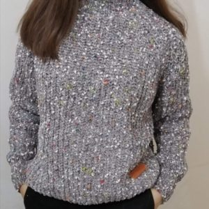 Купить серого цвета свитер из велюра женский с цветными вкраплениями по низким ценам