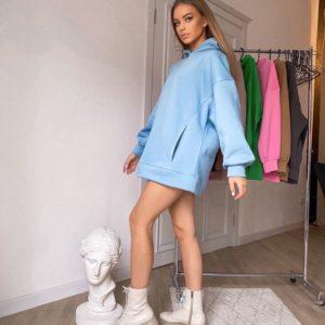 Заказать онлайн женское оversize худи на флисе с карманами голубого цвета на зиму