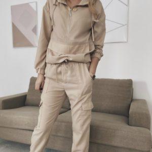 Купить бежевый однотонный женский прогулочный костюм с карманами по скидке
