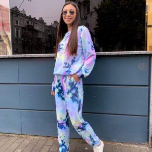 Придбати блакитного кольору жіночий трикотажний спортивний костюм з кольоровими розводами вигідно