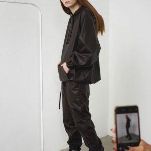Заказать черный костюм с худи из эко кожи оверсайз в интернете для женщин