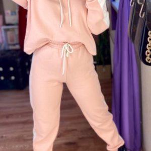 Купити жіночий спортивний костюм на флісі з гумками на манжетах кольору пудра по знижці